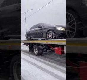Видео дня: Mercedes-AMG жжет резину прямо на эвакуаторе