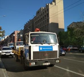 В Киеве целая «армия» эвакуаторов выехала на борьбу с «героями парковки»
