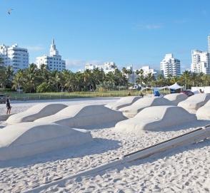 Художник создал из песка автомобильную пробку из 66 автомобилей