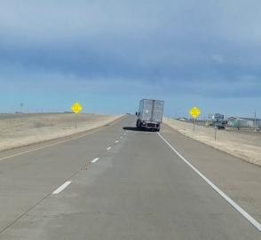 Как сильный ветер сдувает грузовики с шоссе