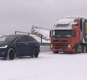 Электрокар Tesla отбуксировал 43-тонную фуру