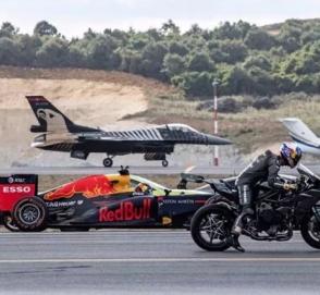 Tesla сошлась в гонке против двух самолетов, гоночного болида и супербайка