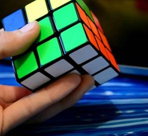 Испанец увлекся сборкой кубика Рубика на скорости 128 километров в час