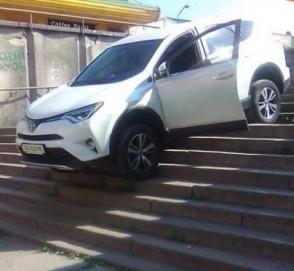 Автоледи на Totyota так спешила в кинотеатр, что застряла на ступеньках