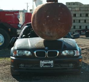 Уничтожение трех автомобилей 4-тонным шаром показали в «слоу-мо»