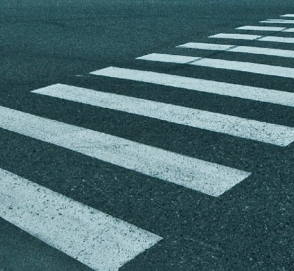 Пешеход очень необычным способом проучил водителя на переходе