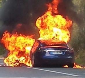 Потушить горящий электрокар Tesla практически невозможно