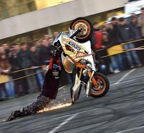Глупейшие трюки мотоциклистов, которые закончились плачевно