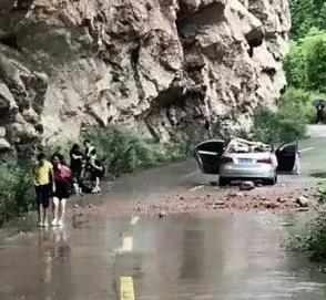 Огромный обломок скалы раздавил Volkswagen