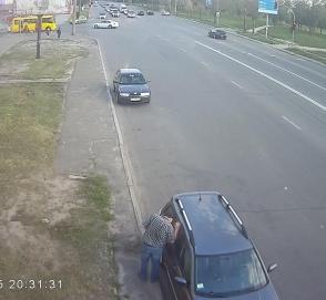 Как преступники грабят автомобилистов в людных местах