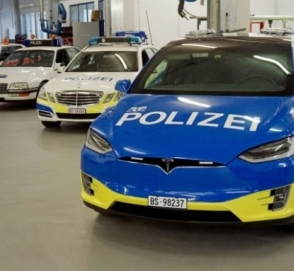 Швейцарская полиция будет ловить нарушителей на новеньких Tesla Model X
