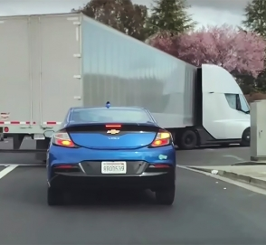 Видео: электрический грузовик Tesla ускоряется с быстротой спорткара
