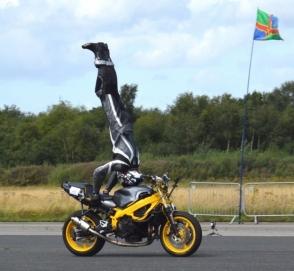 Британец установил рекорд скорости, стоя вверх ногами на мотоцикле
