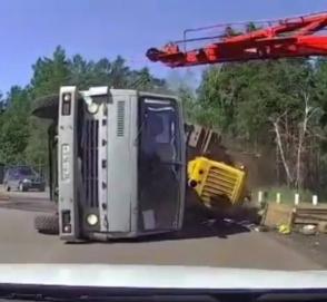 «Поторопился - на бок завалился»: водитель КамАЗа поплатился за спешку на переезде