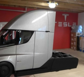 Тягач Tesla Semi дебютировал как масштабная модель