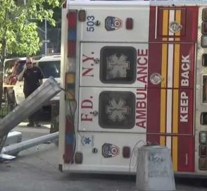 Две машины скорой помощи не поделили перекресток: видео с дорожной камеры