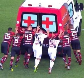 Футболисты вместе толкали заглохшую машину скорой помощи