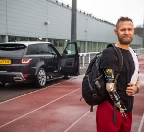 Компания Jaguar Land Rover испытывает автоматические двери