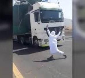 Безумец прыгнул на дорогу перед фурой «ради прикола»