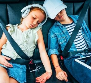 Ученые выяснили, чем занимаются дети в машине