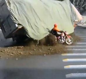Мотоциклист, попавший под грузовик с щебнем, чудом спасся