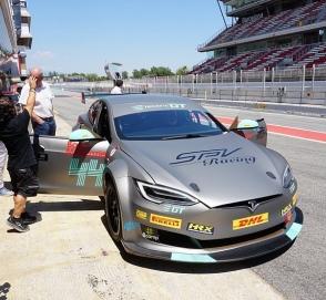 Tesla выпустила свою первую гоночную машину