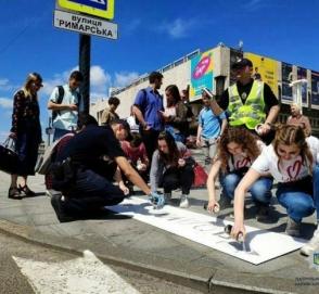 В Украине перед пешеходными переходами нарисовали памятки пешеходам