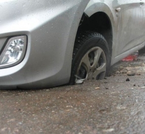 Водителя оштрафовали за то, что он попал в яму и повредил авто
