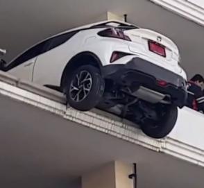На грани катастрофы: автоледи «зависла» на краю паркинга