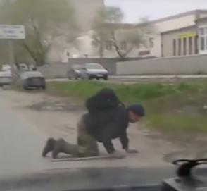 Видео дня: пешеход переползает дорогу в неположенном месте