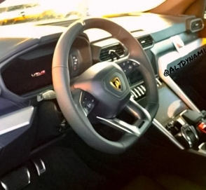 Фотошпионы показали интерьер кроссовера Lamborghini