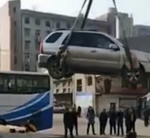 Автомобиль нарушителя удалили с парковки на крышу
