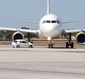 В Испании автомобиль угодил под шасси самолета
