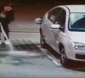 Автоледи показала, как не нужно заправлять машину