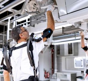 Audi тестирует экзоскелеты в производстве