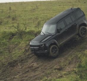 Новый Land Rover Defender показался на съемках фильма о Джеймсе Бонде