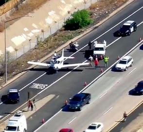 Пилот мастерски посадил самолет на оживленном шоссе