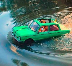 Видео дня: как «Запорожец-амфибия» переплывает через реку