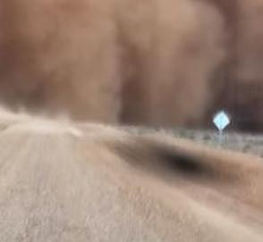 Водитель заснял невероятное видео внутри песчаной бури