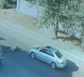 В Сети показали очередную автоподставу с участием девушки