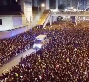 Как пропускают «скорую» в Гонконге — удивительное видео