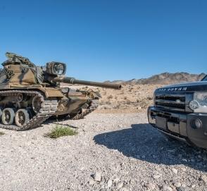 Land Rover зрелищно разнесли в щепки из танка и пушки