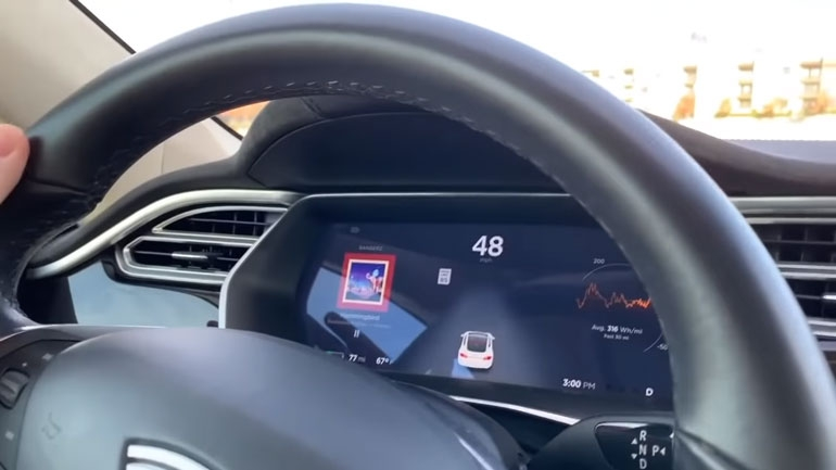 Электрокар Tesla можно обмануть при помощи куска изоленты